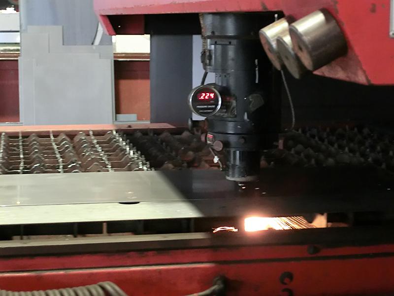 誤差わずか10ミクロンという精度で、あらゆる形状に対応できるレーザー加工機。