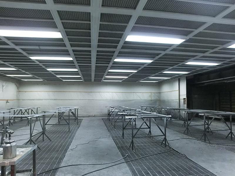 外気を天井より強制給気し、床下のピットから排気。空気中のゴミを除去すると共に塗料等の拡散を防ぎ、品質と作業環境の向上を実現した塗装ブース