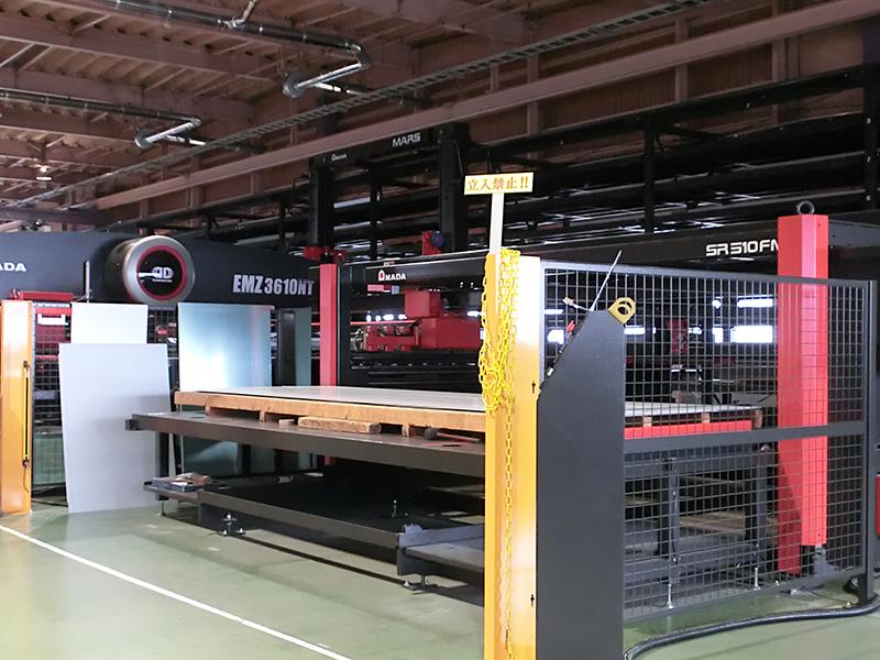 材料の選択、搬送から加工、搬出まで完全オートメーション化されたタレットパンチプレス。