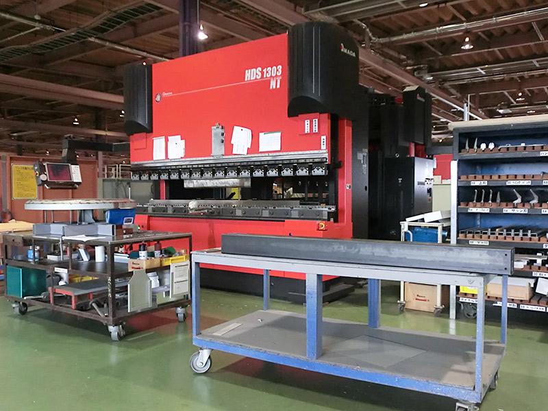 最長4000ミリの金属板の加工が可能なプレスブレーキ。